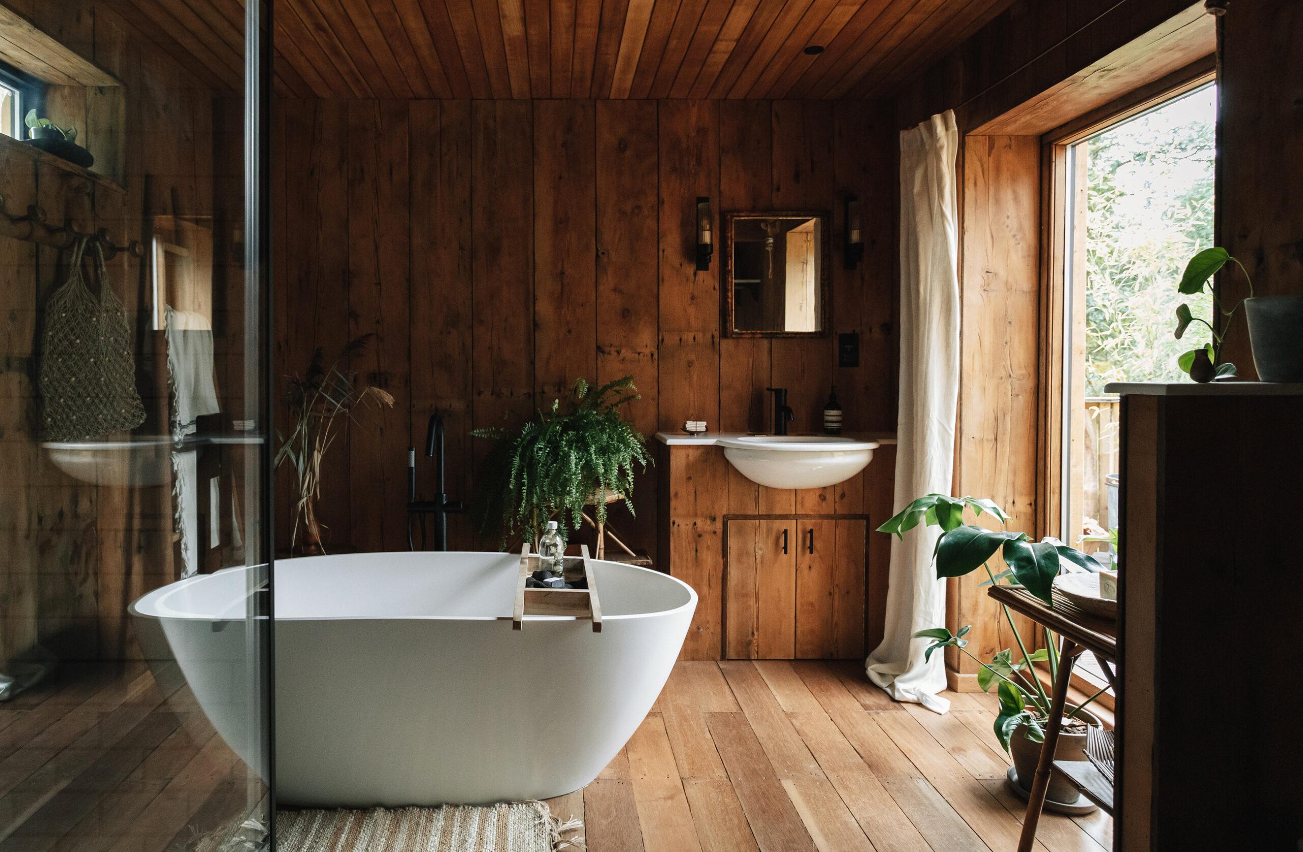 Secluded Norfolk Cabin - bathroom